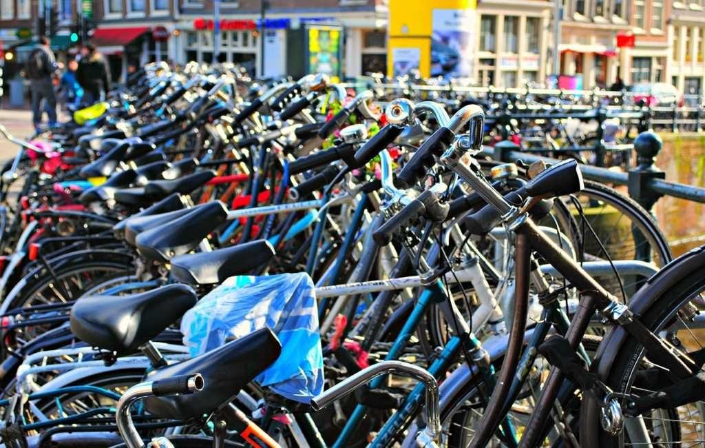 Países Bajos, las bicicletas, el aumento de accidentes mortales y el debate sobre el uso del casco