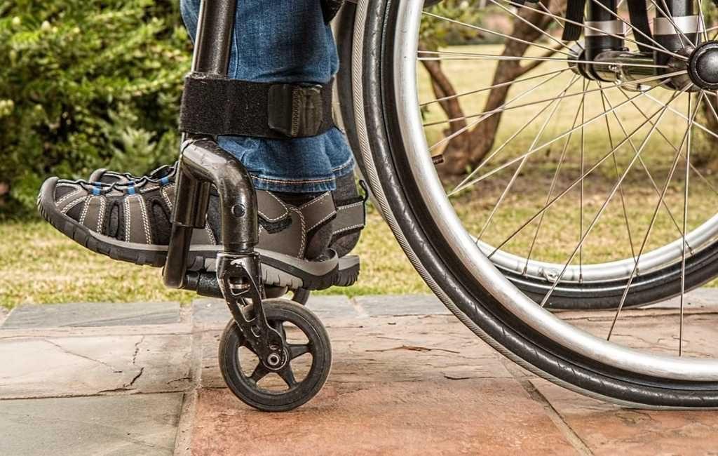 Hombre discapacitado abandonado en su silla de ruedas en pleno frío gélido