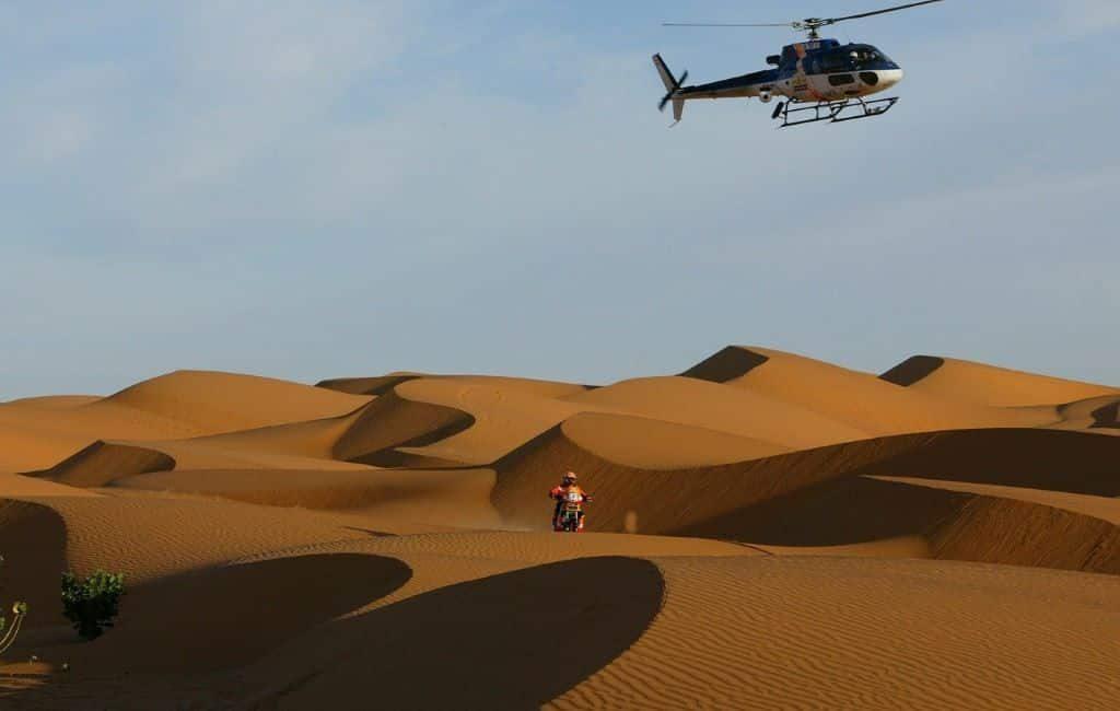 Motociclista neerlandés salva de la muerte a un compañero del Rally Dakar.