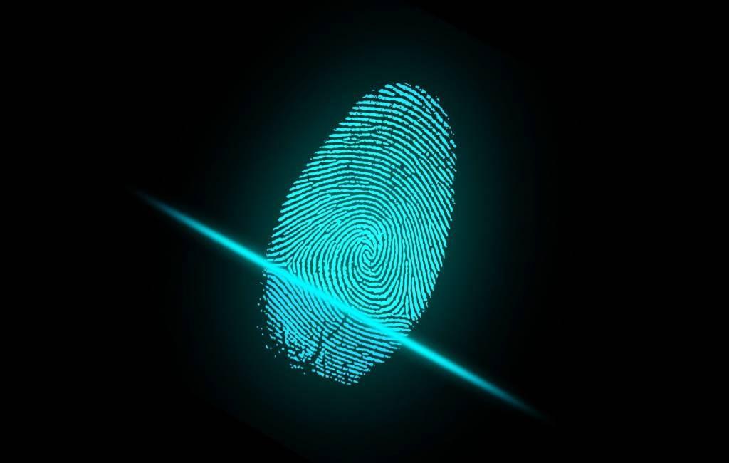 La policía puede desbloquear un teléfono inteligente incautado con el dedo del sospechoso.