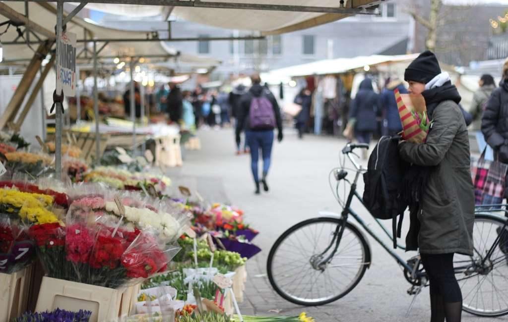 Países Bajos multa a 850 personas por semana por ir en bicicleta y usar el teléfono
