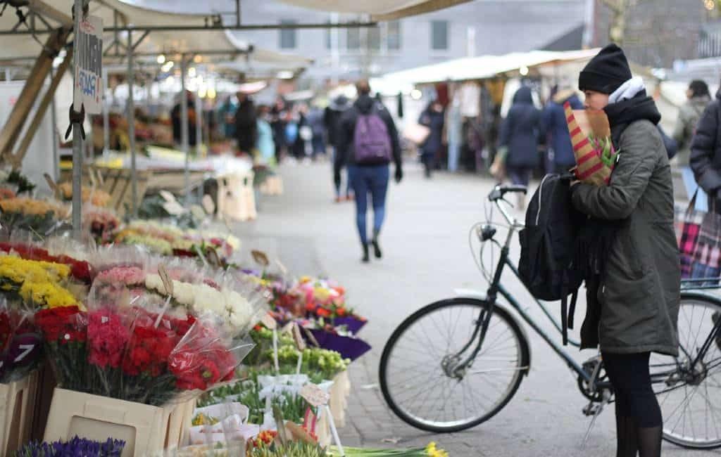 Muchas ciudades cierran las tiendas antes de hora por la cantidad de gente en las calles.