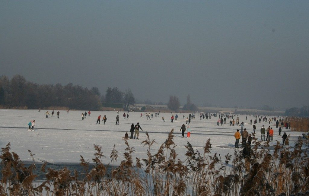 Países Bajos y las multitudes patinando sobre hielo.