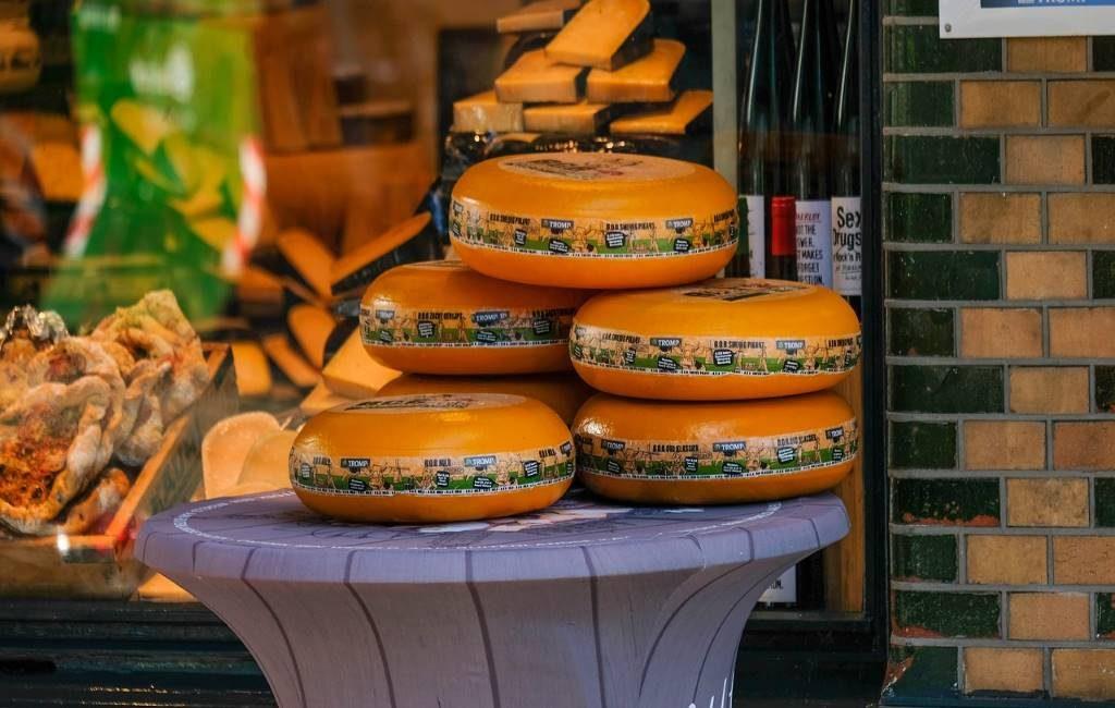 Desde hace dos semanas los supermercados neerlandeses tienen pocos quesos o ningunos. ¿Qué está pasando? ¿Por qué faltan quesos a la venta? Te lo explicamos brevemente en esta noticia sobre Países Bajos en español.