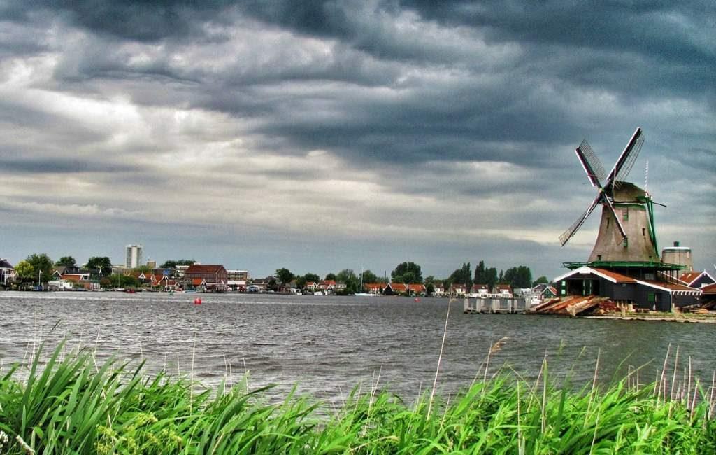 En los Países Bajos, ha llegado la Tormenta Bella y está produciendo fuertes rachas de viento y lluvia. Además, de problemas en las carreteras.