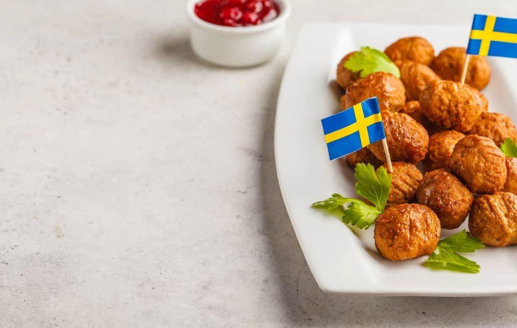 Los tiempos están cambiando y IKEA se adapta y moderniza de forma rápida. Actualmente, hay menos personas que leen el Catálogo IKEA que en los años anteriores. Por lo tanto, Inter IKEA Systems BV, el franquiciador mundial de IKEA, ha tomado la decisión emocional pero racional de terminar respetuosamente la exitosa carrera del Catálogo IKEA y mirar hacia el futuro con entusiasmo. Por esto, el Catálogo IKEA llega a su fin.