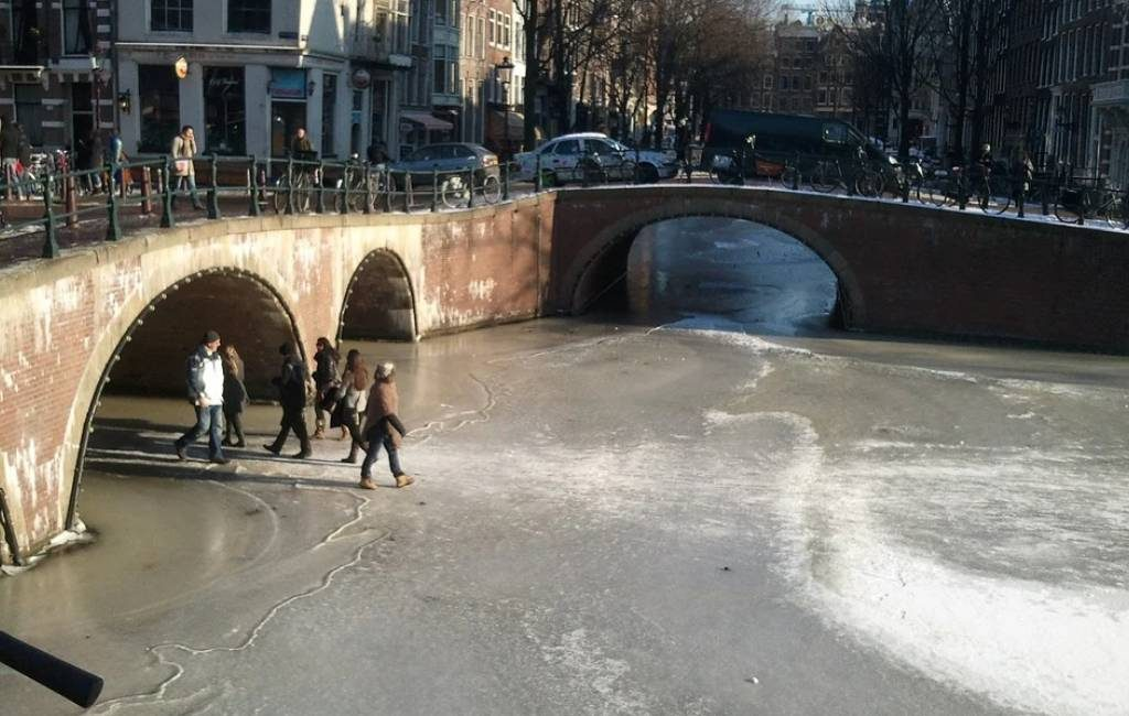 Los municipios neerlandeses advierten de puntos peligrosos en el hielo.