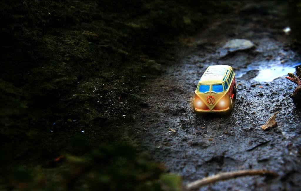 Autocaravana se queda atrapada en el barro en Winterswijk.